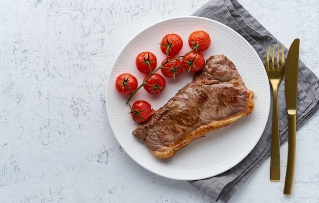 Keto ketogenic dieta bife com tomate no fundo branco Foto Premium