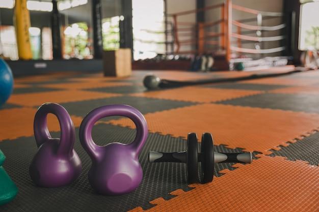 Kettlebell balança na academia. exercite exercícios indoor com o conceito de halteres de kettlebell para adicionar força aos pulmões. Foto Premium