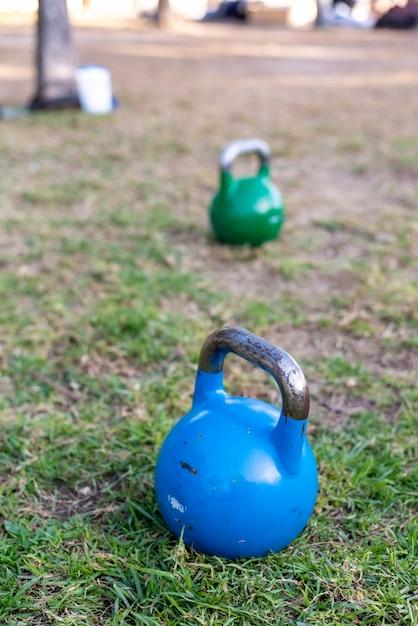 Kettlebell no gramado para exercício de força ao ar livre. Foto Premium