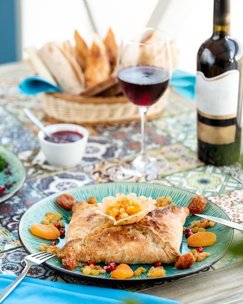 Khachapuri de sopro e um copo de vinho tinto Foto gratuita