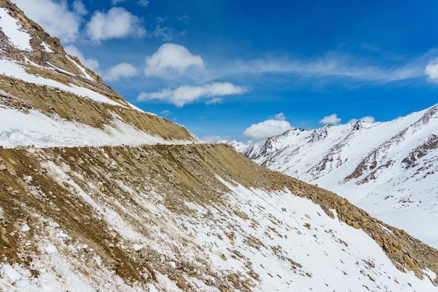 Khardung la pass, índia. khardung la é um passo de alta montanha Foto Premium