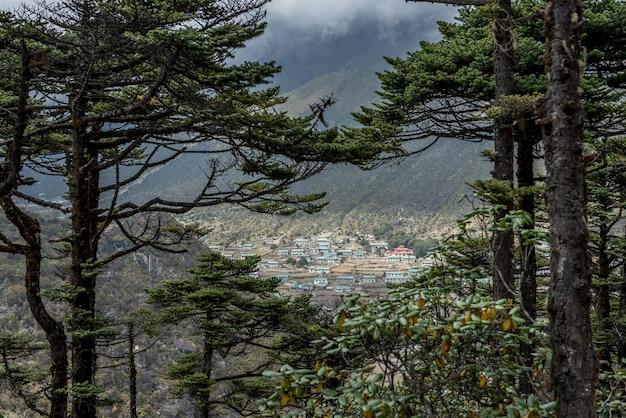 Khumjung vila verde perto de namche bazarr na região do acampamento base do everest, nepal Foto Premium