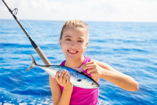 Kid girl atum de pesca pouco tunny feliz com captura de peixe Foto Premium