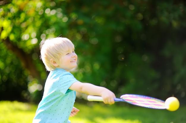 Kid jogando badminton no parque de verão Foto Premium