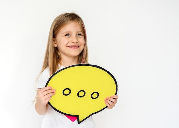 Kid portait segurando o ícone de papel Foto Premium
