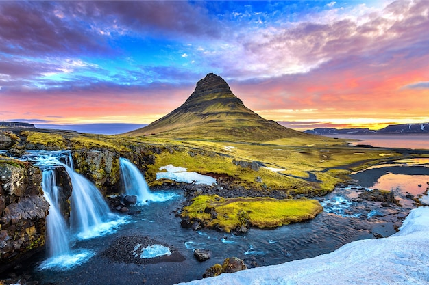 Kirkjufell ao nascer do sol na islândia. paisagem bonita. Foto gratuita