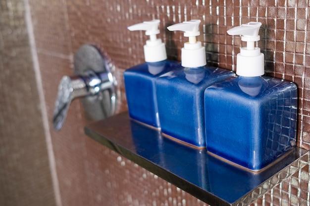 Kit de amenidades de hotel com acessórios de higiene. Foto Premium