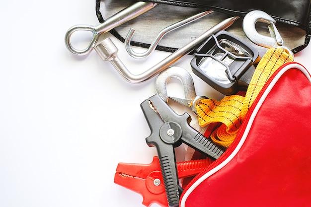 Kit de emergência de carro em fundo branco Foto Premium