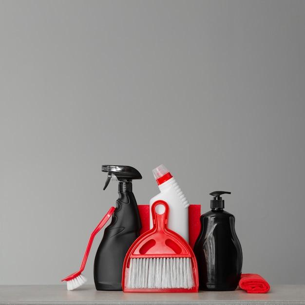 Kit de limpeza vermelho e preto. Foto Premium