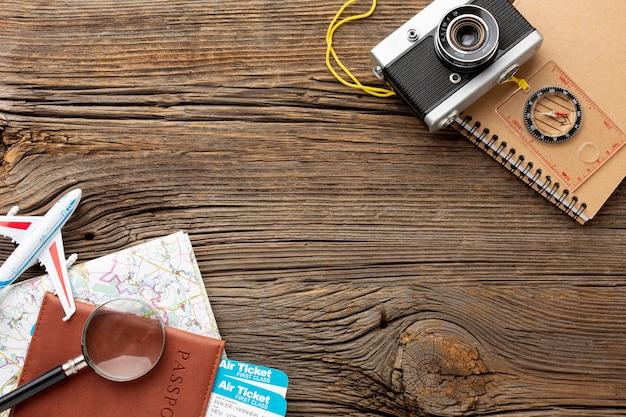 Kit de viagem vista superior em uma mesa de madeira Foto gratuita
