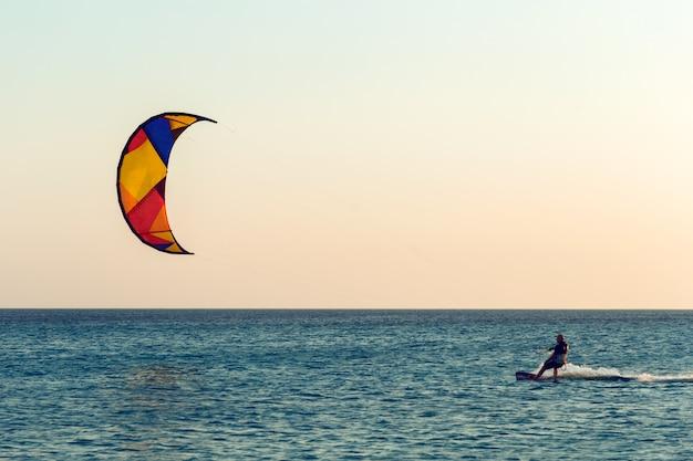 Kitesurf ao pôr do sol no mar Foto Premium