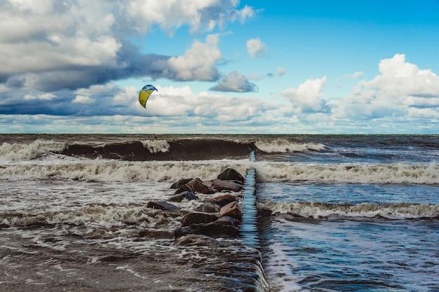 Kiting no frio mar báltico Foto gratuita