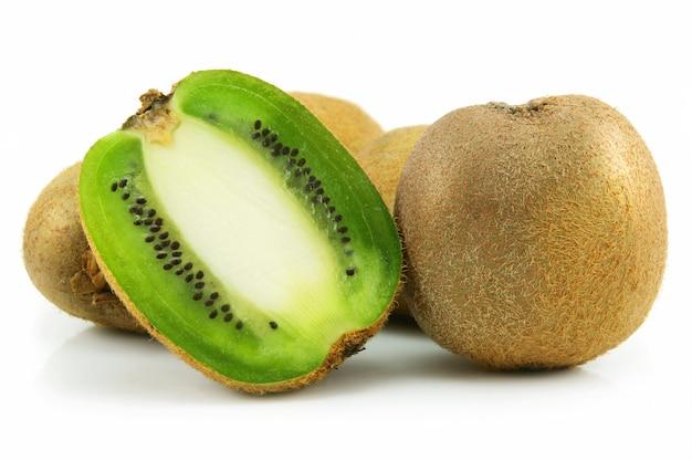 Kiwi fatiado maduro isolado no fundo branco Foto Premium