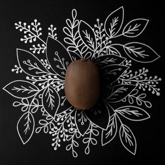 Kiwi sobre design floral de contorno Foto gratuita
