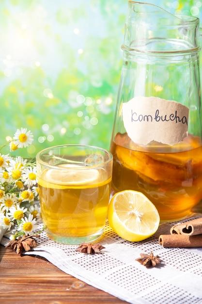 Kombucha de chá saudável com limão e canela. receita de kombucha caseira Foto Premium