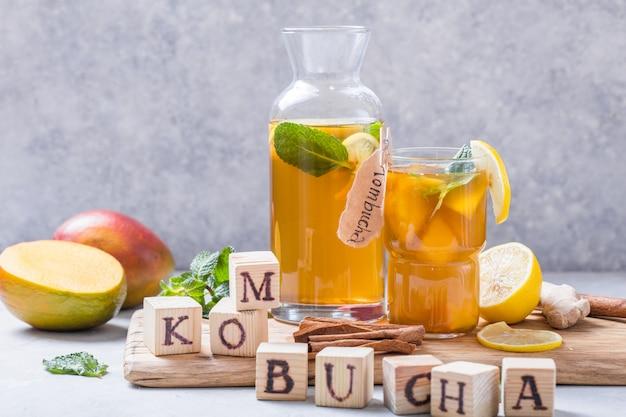Kombucha ou cidra bebida fermentada. bebida de chá frio com bactérias benéficas, canela Foto Premium