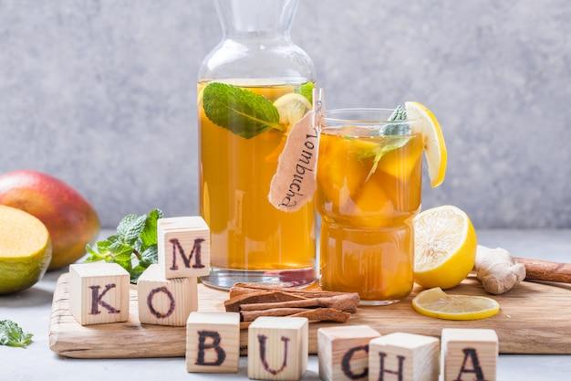 Kombucha saudável com limão e canela. Foto Premium