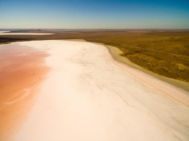 Koyashskoe lago de sal rosa na criméia Foto gratuita