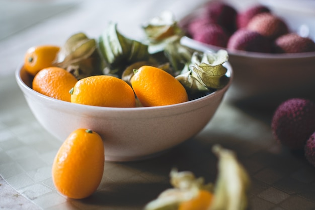 Kumquats e lichia close-up Foto gratuita
