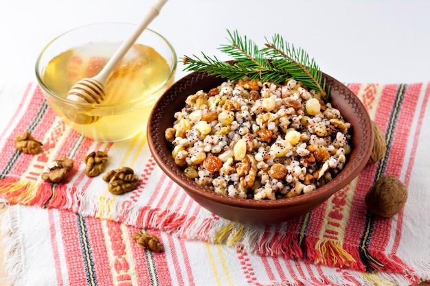 Kutya é um prato tradicional de grãos cerimoniais servido por cristãos orientais durante a época de natal Foto Premium