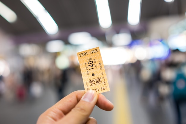 Kyoto, japão - novembro 1: bilhete railway japonês na mão undefined mão kyoto do homem, japão novembro em 1, 2015. Foto gratuita