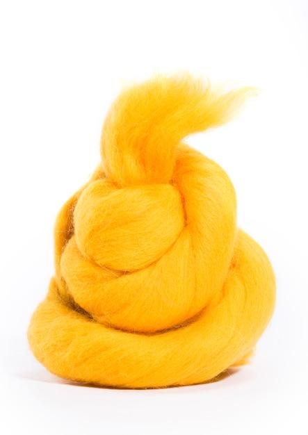 Lã de merino hank de cor amarela sobre um fundo branco Foto Premium