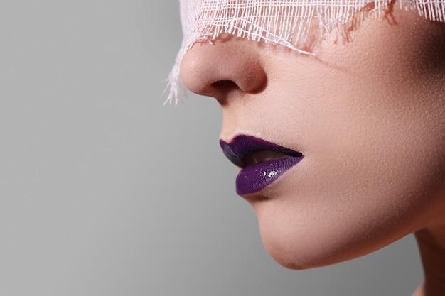 Lábios de moda roxa Foto gratuita