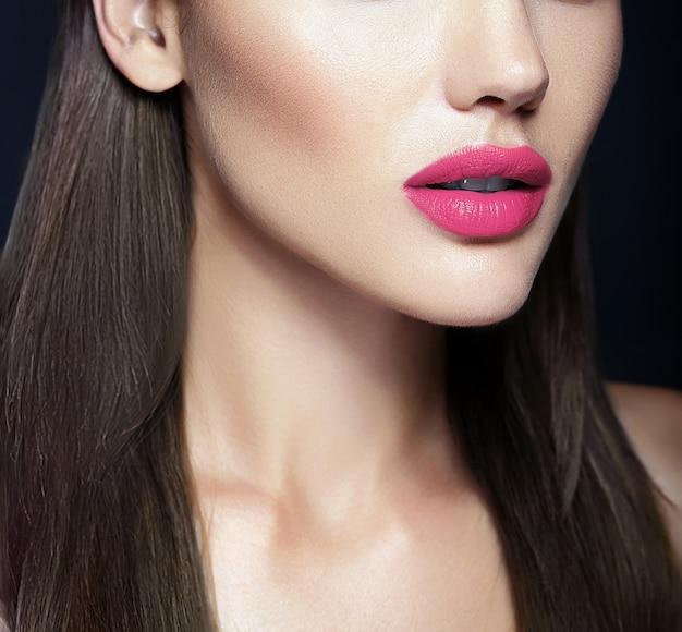 Lábios rosa perfeitos do modelo de mulher bonita sexy Foto gratuita