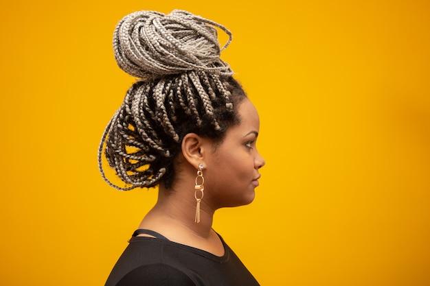 Lado bonito, jovem, mulher americana africana, com, cabelo temor, ligado, amarela Foto Premium