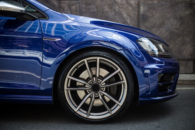 Lado direito dianteiro de um carro sedan azul Foto gratuita
