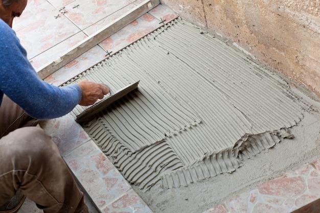 Ladrilhador para trabalhar com revestimento de azulejos Foto Premium