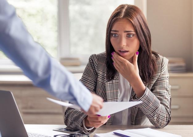 Lady em roupas formais elegantes fica chocada com um documento. Foto Premium