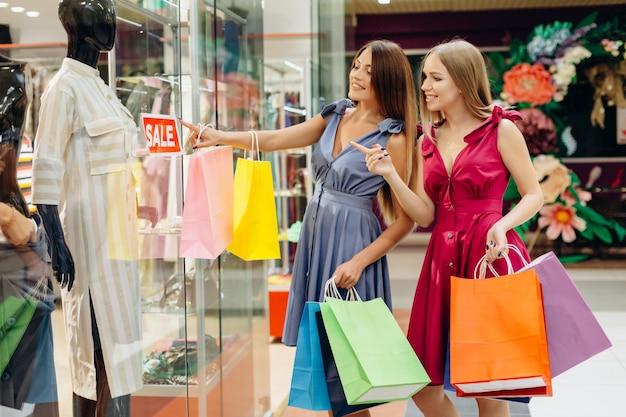 Ladys de moda glamourosa em uma sexta-feira negra no shopping Foto Premium