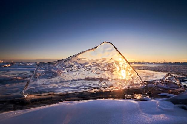 Lago baikal ao pôr do sol, tudo é coberto de gelo Foto Premium