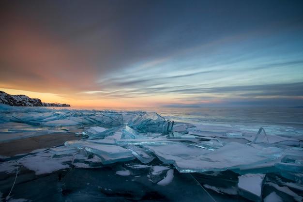 Lago baikal ao pôr do sol, tudo está coberto de gelo e neve Foto Premium