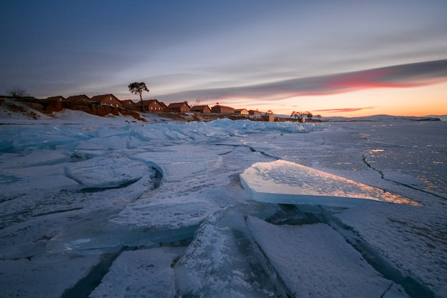 Lago baikal coberto de gelo e neve Foto Premium
