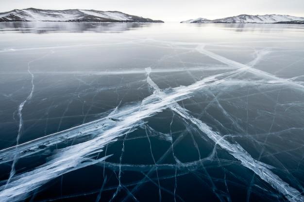 Lago baikal é um dia gelado de inverno. Foto Premium