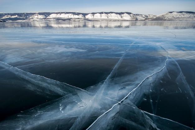 Lago baikal é um dia gelado de inverno Foto Premium