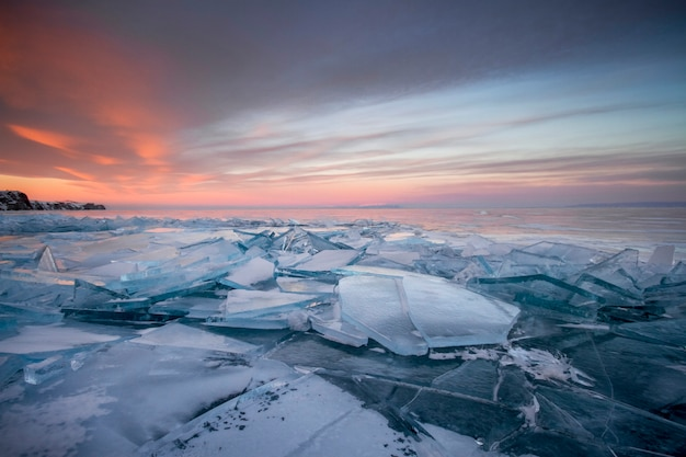 Lago baikal nos raios do sol poente. lugar incrível, patrimônio mundial da unesco Foto Premium
