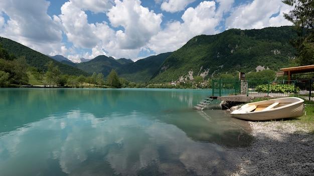 Lago calmo e bonito na aldeia de most na soci, eslovénia eu Foto Premium