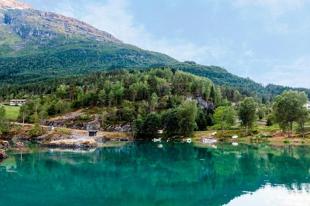 Lago calmo perto da paisagem de montanha Foto gratuita