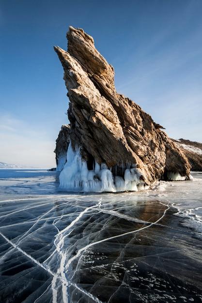 Lago coberto com camada espessa de gelo lago baikal Foto Premium