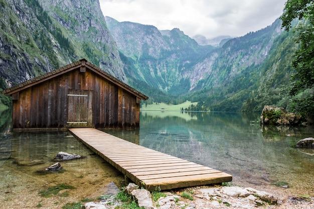 Lago da montanha do lago mountain com doca e casa de barco. Foto Premium