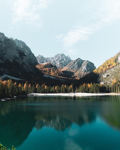 Lago de montanha com cenário de dolomitas no sul do tirol, itália Foto Premium