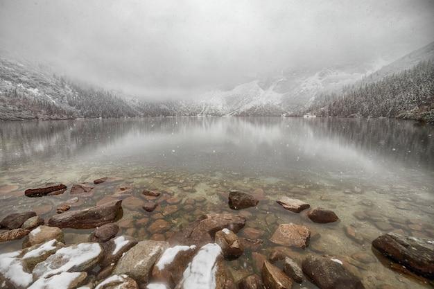 Lago de montanha no inverno. morske oko. polônia Foto Premium
