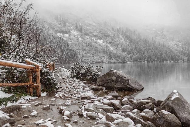 Lago de montanha no inverno. vista lateral. Foto Premium