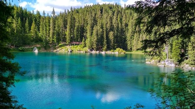 Lago di carezza (karersee), um belo lago nas dolomitas, trentino alto adige, itália Foto Premium