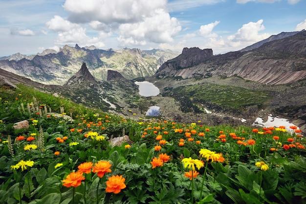Lago dos espíritos da montanha, parque natural ergaki, na sibéria Foto Premium