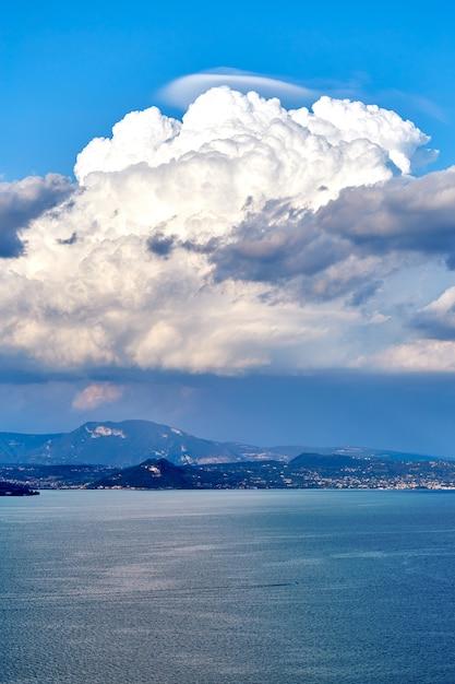 Lago garda da vista superior Foto Premium