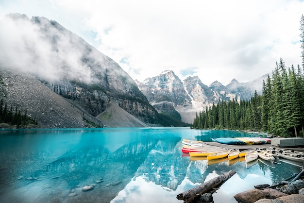 Lago moraine bonito no parque nacional de banff, alberta, canadá Foto Premium